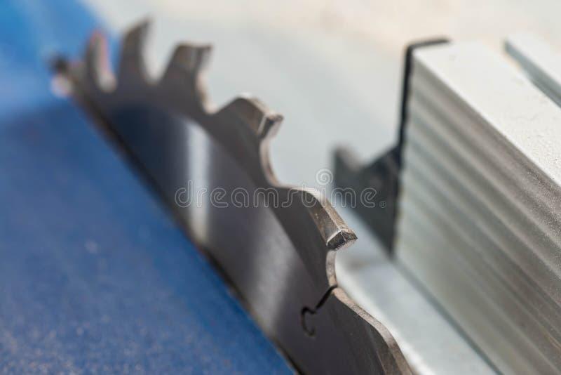 Le Tableau scie la fin de dent de lame vers le haut du macro tir image stock