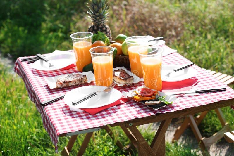 Le Tableau a servi au pique-nique d'été dehors photos libres de droits