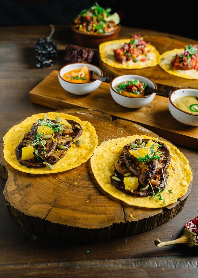 Le Tacos de Foie Gras a servi sur le hachoir en bois avec différentes sauces et le Mexicain a séché le piment images stock