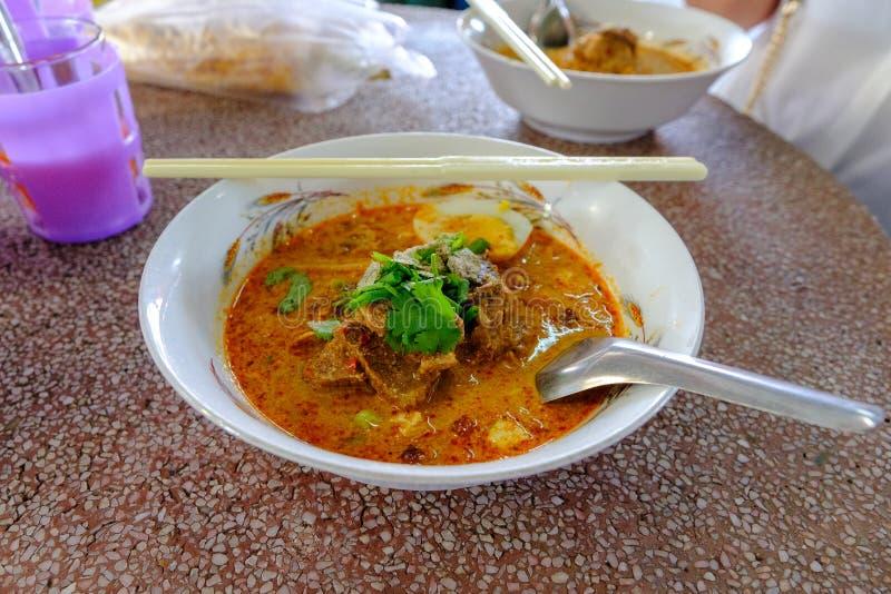 Le tagliatelle del manzo in curry ha un sapore piccante e dolce immagini stock