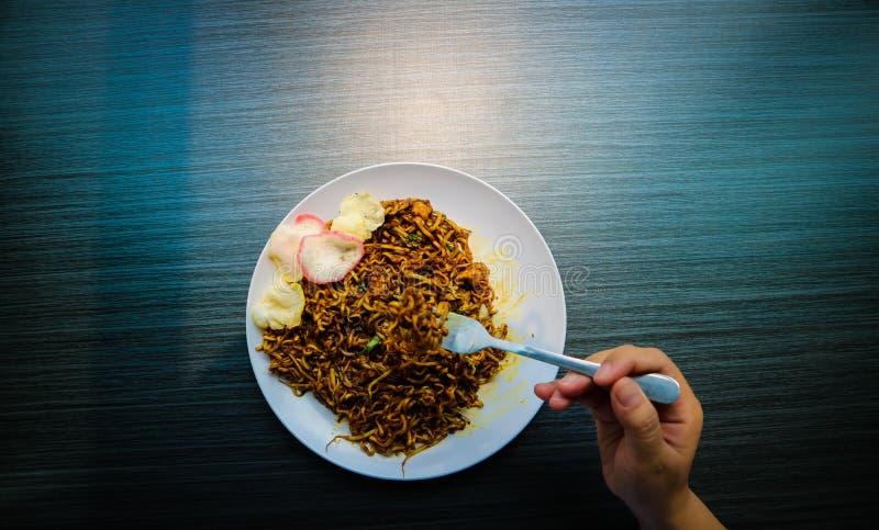 Le tagliatelle fritte di Giava piccanti sono tipiche dell'Indonesia con i cracker fotografia stock libera da diritti