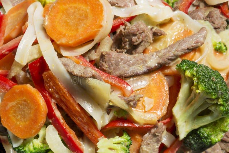 Le tagliatelle tailandesi con le verdure ed il manzo in ostrica sauce fotografia stock