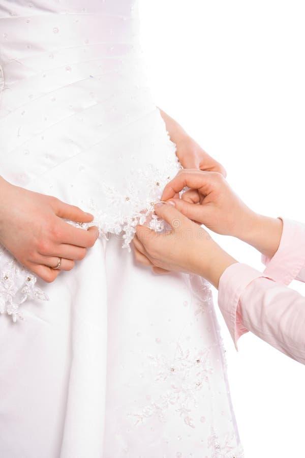 Le tailleur cousent la robe de la mariée photographie stock libre de droits