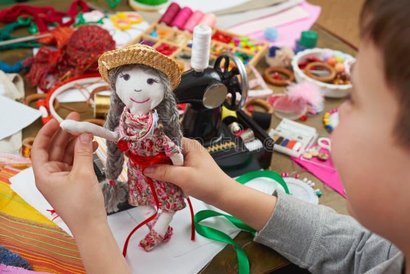 Le tailleur de garçon apprend à coudre, s'habiller pour le concept de poupée, fait main et de travail manuel image libre de droits