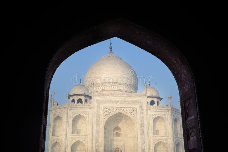 Le Taj Mahal a encadré par une voûte image libre de droits