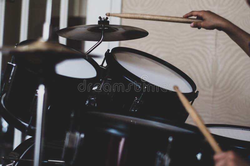 Le tambour de l'enfant réglé avec les mains et le pilon photo libre de droits