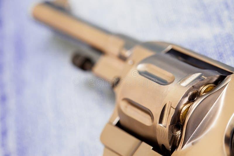 Le tambour du revolver a charg? des cartouches image libre de droits