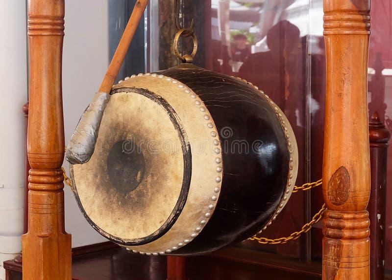 Le tambour sacré sur la barre dans un temple image stock