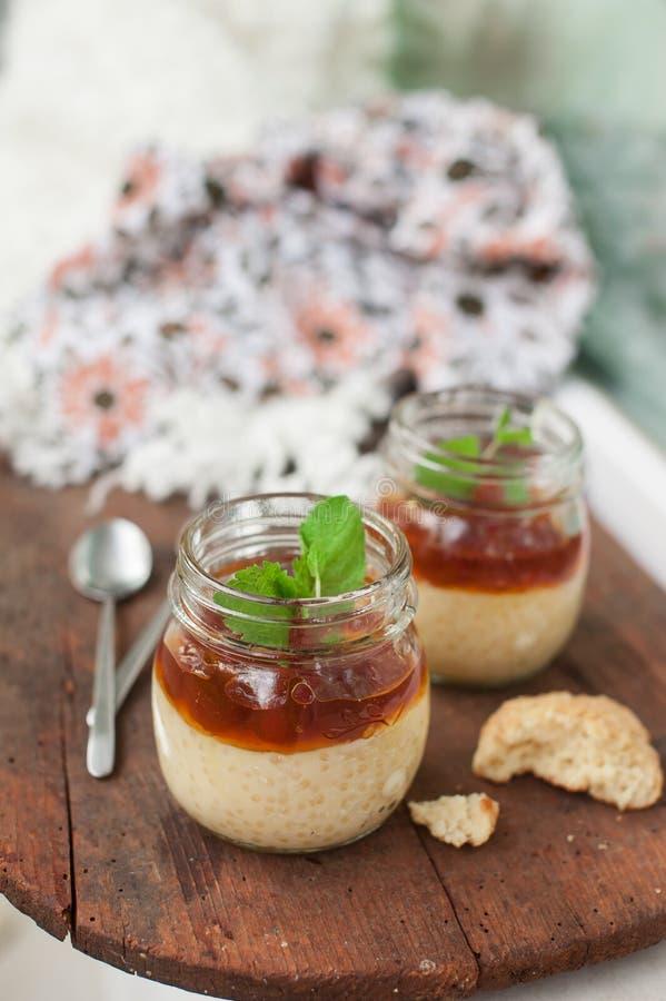 Le tapioca sain perle le dessert de pudding avec du lait de noix de coco et la confiture de cerise photo libre de droits