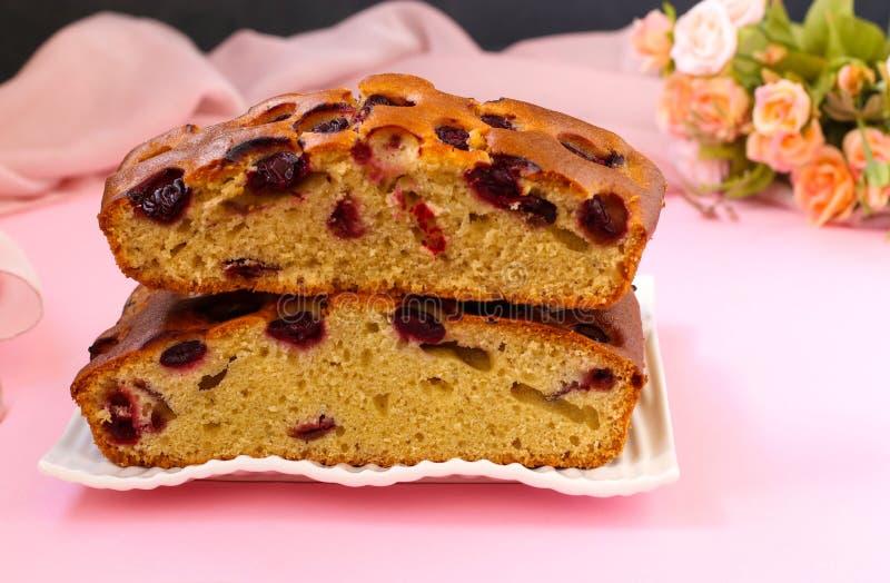 Le tarte avec des cerises est situé sur un fond rose d'un plat photos libres de droits