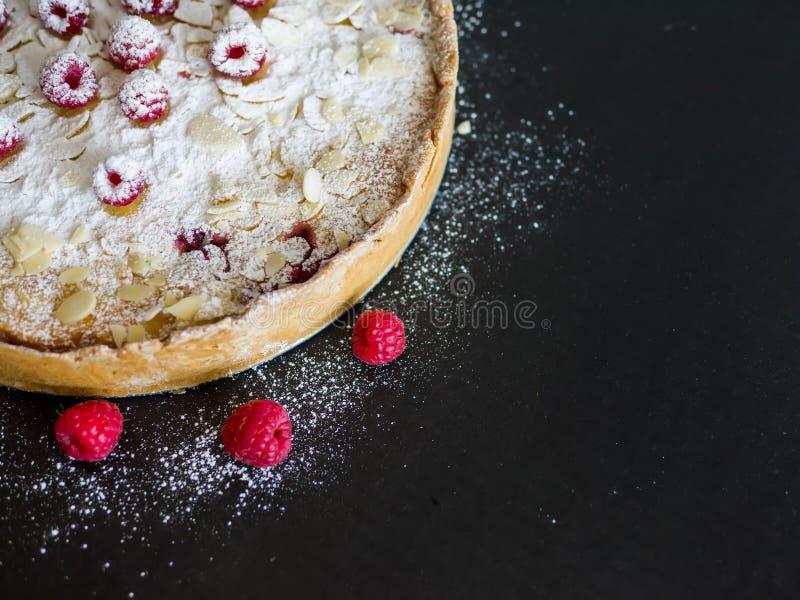 Le tarte de Mascarpone avec les framboises fraîches, l'amande et le sucre saupoudrent o images stock