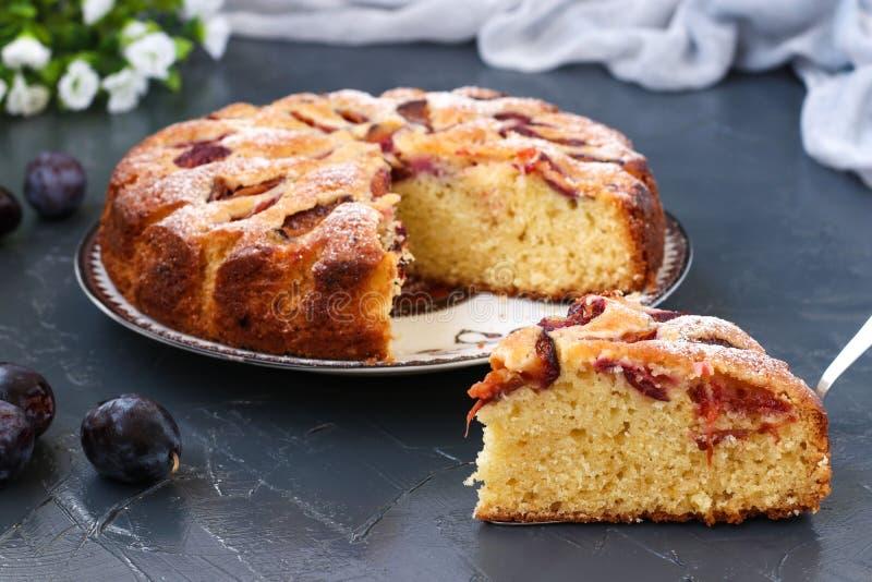 Le tarte de prunes est situé sur un plat sur un fond foncé photo libre de droits