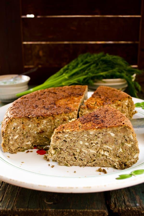 Le tarte et le yaourt végétariens de lentille-champignon plongent avec l'aneth image libre de droits