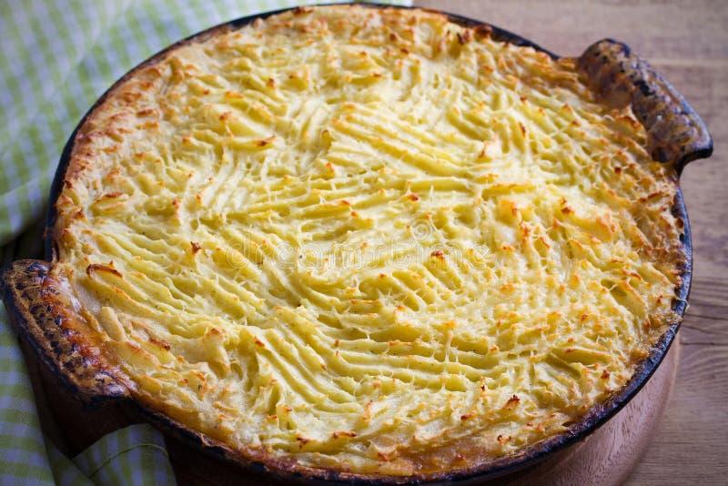 Le tarte fait maison classique du ` s de berger a écrasé le boeuf de pomme de terre et haché avec des légumes images libres de droits