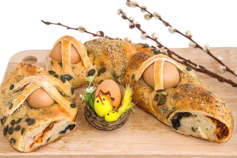 Le tarte traditionnel avec les oeufs, la décoration de Pâques et le saule s'embranche photo libre de droits