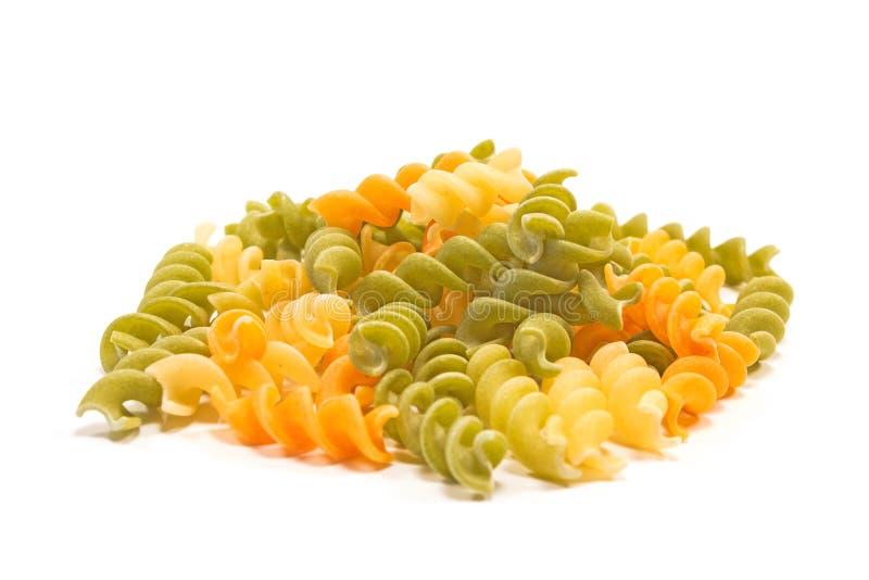Le tas de pâtes séchées brutes de Fusilli tricolore isolées en blanc photos libres de droits