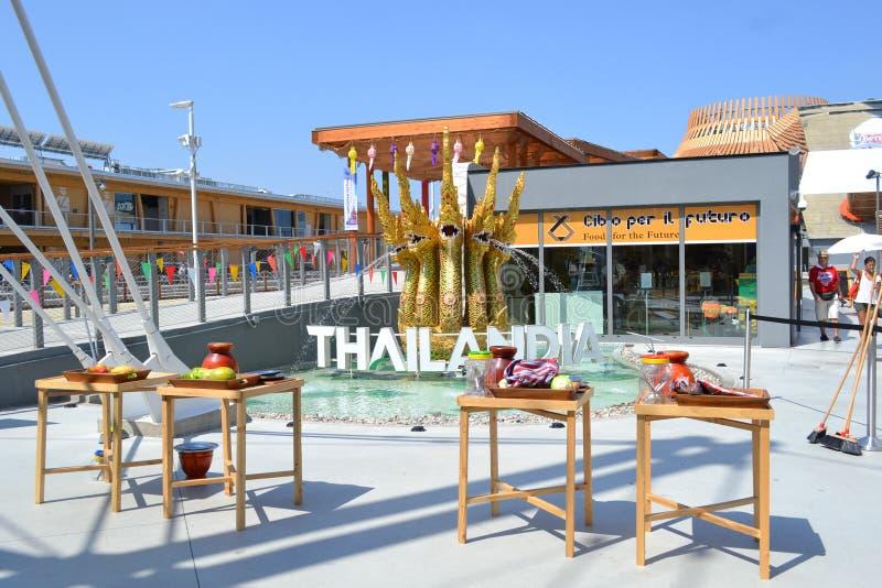 Le tavole tradizionali di legno tailandesi con i vasi ed i frutti su loro sono installati al padiglione della Tailandia dell'EXPO fotografia stock libera da diritti
