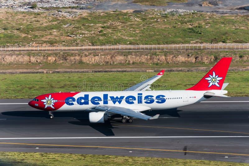 Le taxi d'avion de ligne aérienne d'edelweiss pour décollent images libres de droits