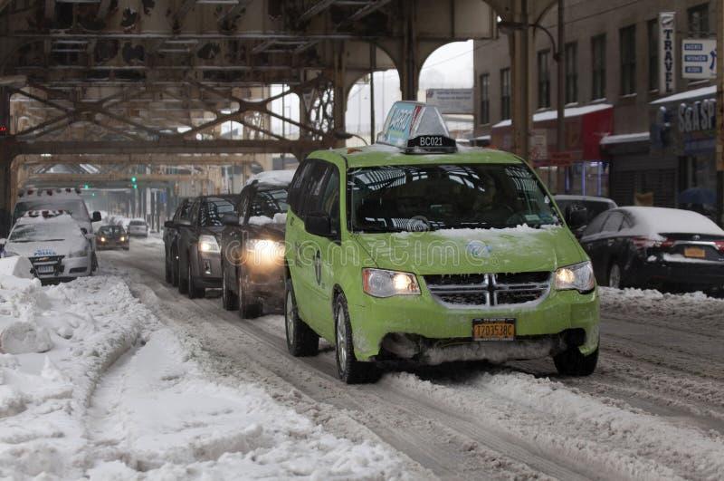 Le taxi de Boro et d'autres automobiles pendant la neige fulminent dans le Bronx image stock