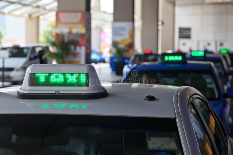 Le taxi signe dedans la ligne photo stock