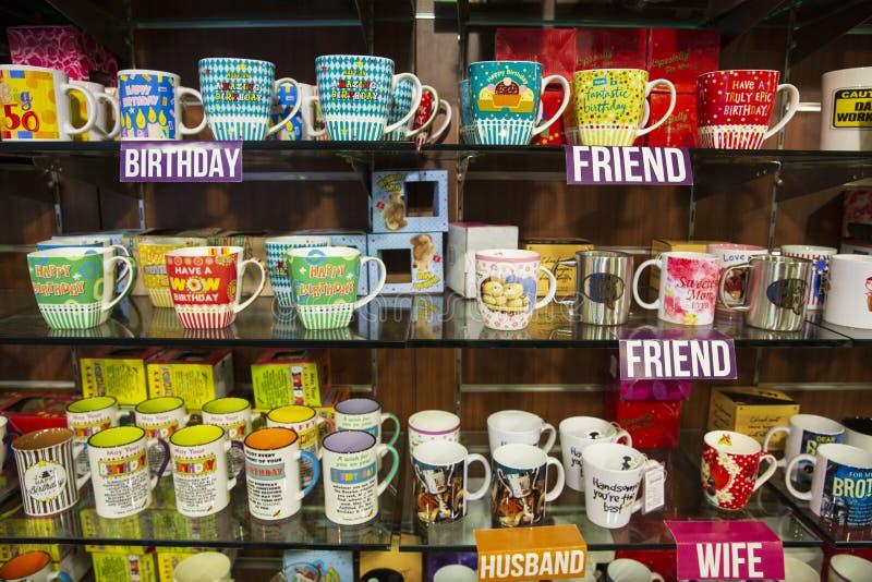 Le tazze da caffè memorizzano il meglio immagine stock
