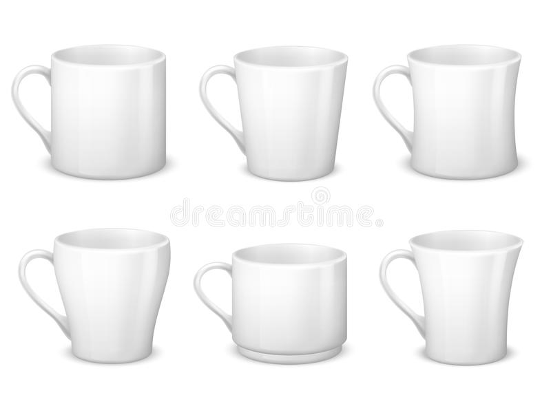 Le tazze di caffè macchiato in bianco realistiche con le tazze della porcellana e della maniglia vector il modello isolato illustrazione vettoriale