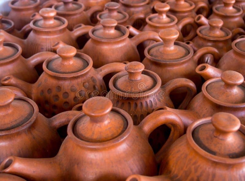Le teiere dell'argilla sono sulle terraglie dell'esposizione fotografia stock libera da diritti