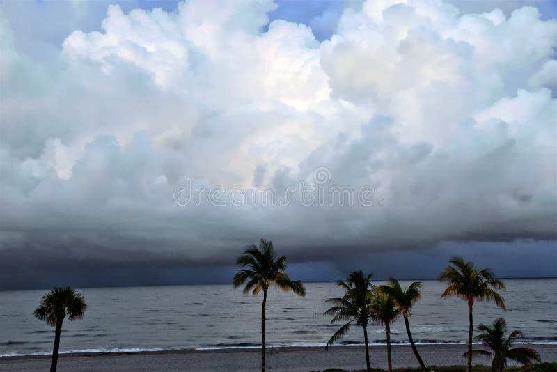 Le tempeste costiere possono essere molto interessanti e divertimento da guardare dalla riva fotografia stock libera da diritti