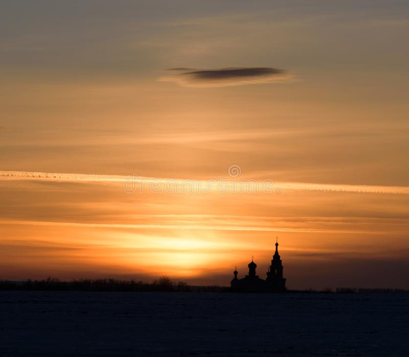 Le temple au coucher du soleil, l'église dans les rayons du coucher du soleil, dans les rayons de coucher du soleil photos libres de droits