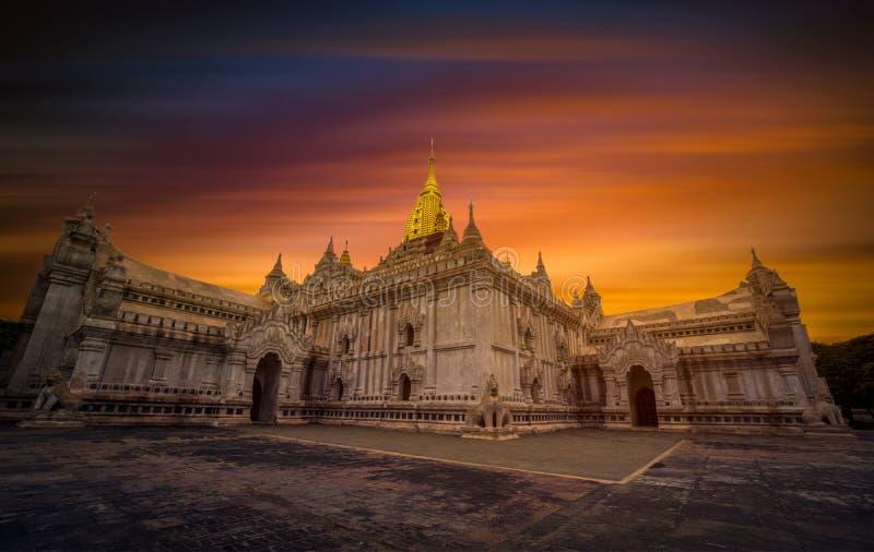 Le temple d'Ananda au coucher du soleil dans Bagan photo stock