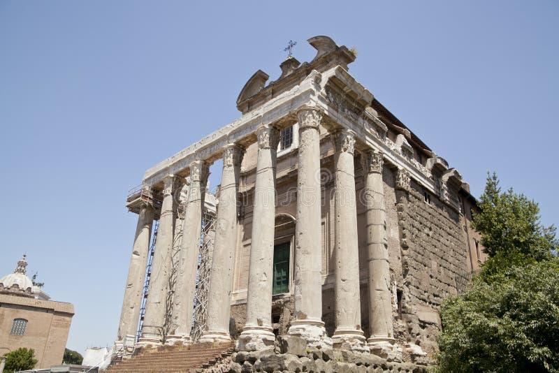 Le temple d'Antonin et de Faustina dans le forum romain photographie stock libre de droits