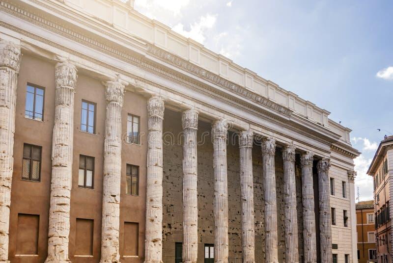Le temple de Hadrian en Piazza di Pietra à Rome images libres de droits
