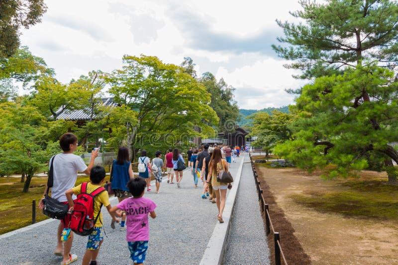 Le temple de Kinkaku-JI de visite de touristes c'est un temple de Zen Buddhist à Kyoto, Japon image stock