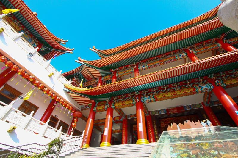 Le temple de la Chine et beaucoup de personnes ont prié le dieu dans l'endroit L'endroit pour l'anniversaire dans le jour de nouv photos stock