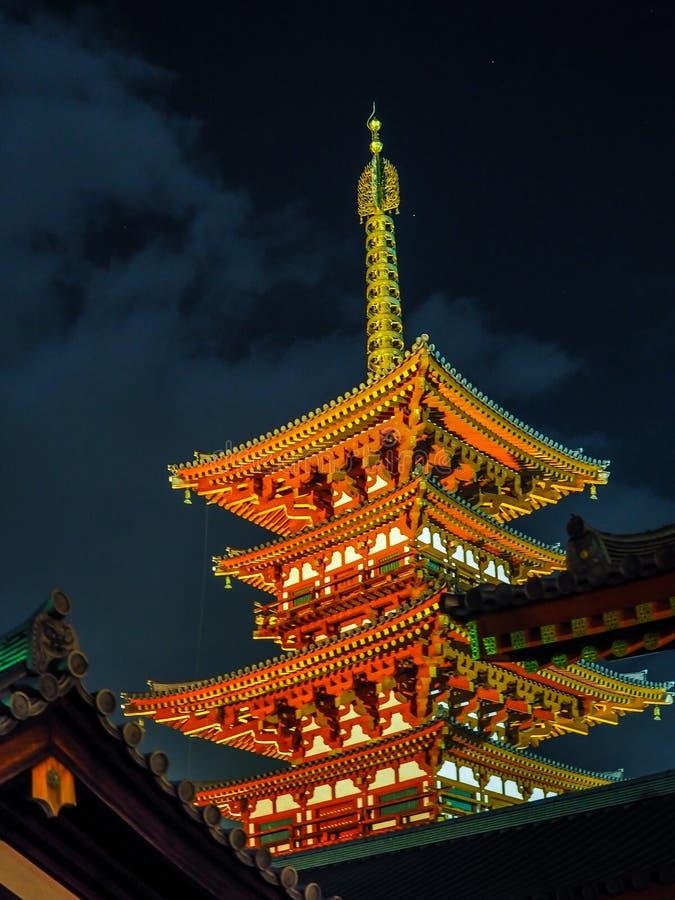 le temple de Yakushi-JI à Nara s'allument la nuit photos stock