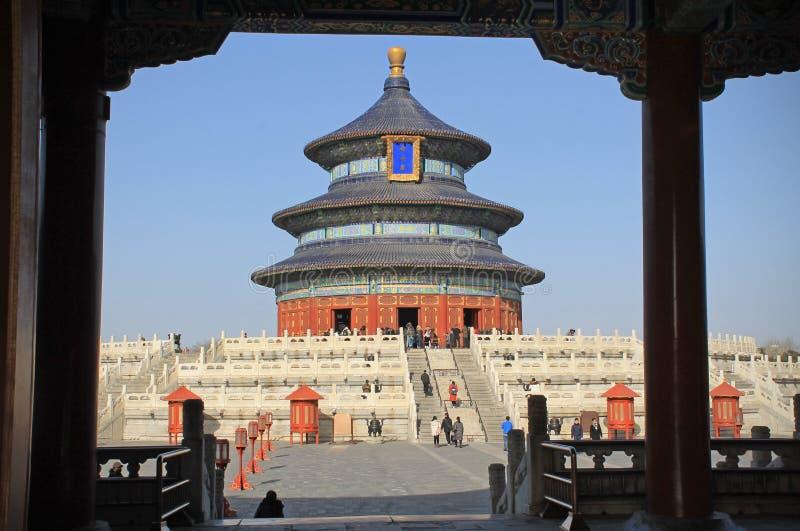 Le temple du Ciel avec le ciel bleu de dessous l'abri, Pékin, Chine photos stock