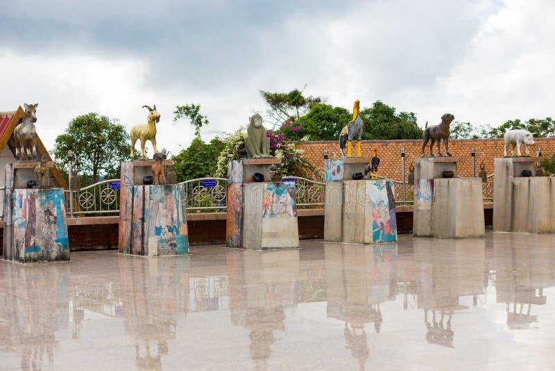 Le temple en montagne avec de l'or grand Bouddha est le point le plus élevé de Koh Sumui photos stock