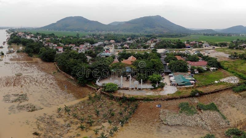 Le temple est sur la rivière pendant la saison d'inondation photo libre de droits