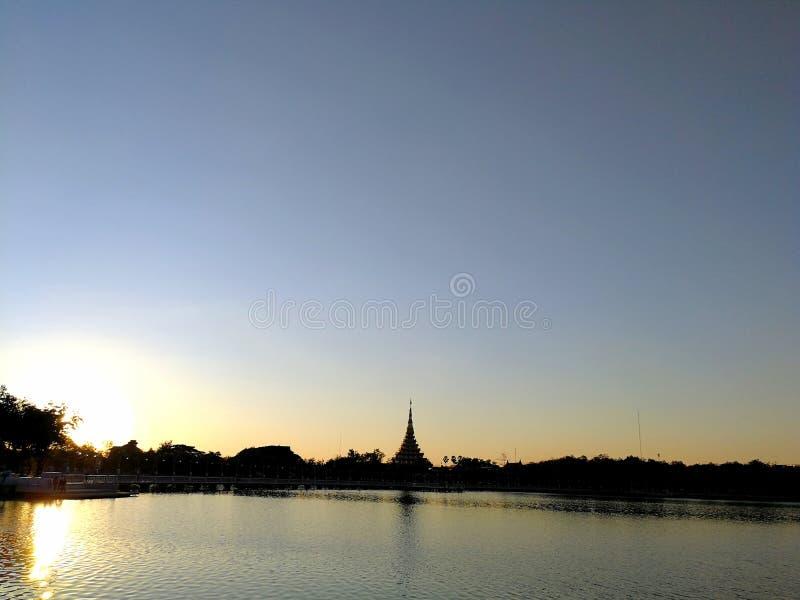 Le temple près d'une rivière photo libre de droits