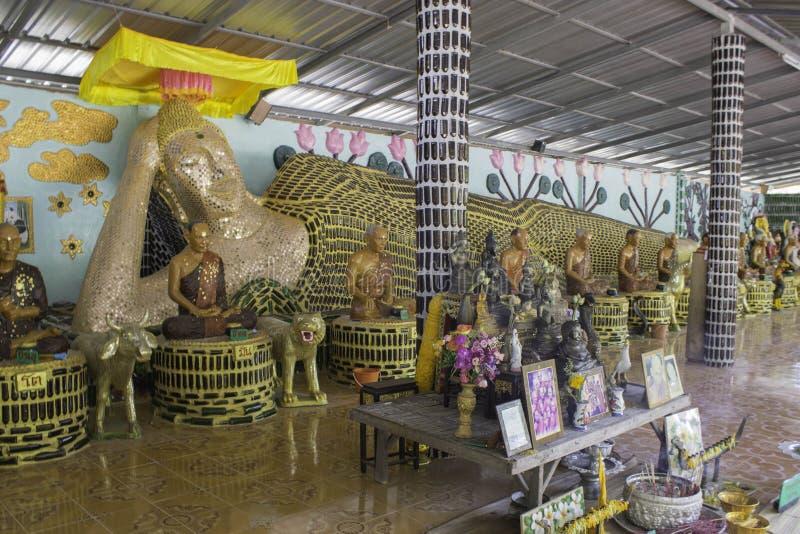 Le temple Thaïlande a fait les bouteilles vides photographie stock