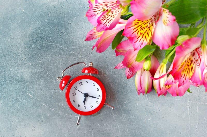 Le temps célèbrent le concept Bouquet de fleur et horloge, configuration plate photographie stock