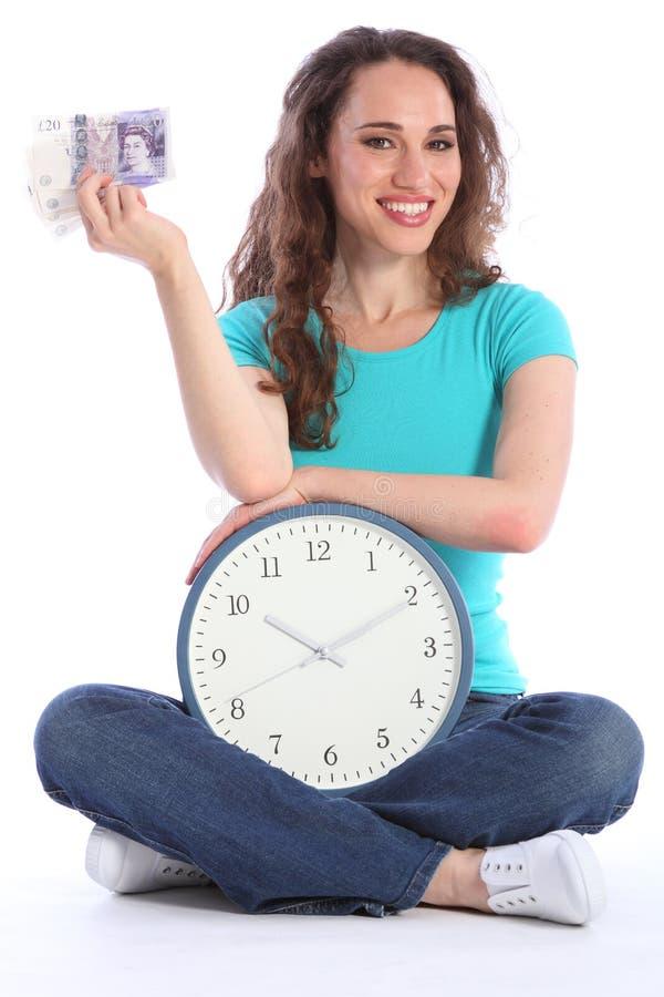 Le temps, c'est de l'argent belle femme de sourire avec l'horloge photographie stock libre de droits