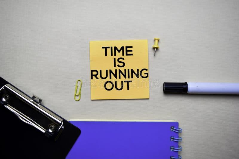 Le temps s'épuise le texte sur les notes collantes avec le concept de bureau images stock