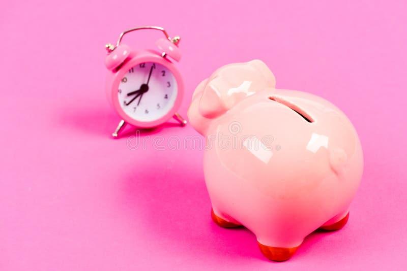 Le temps s'?puise Le temps, c'est de l'argent Augmentation d'économie et de budget succès dans le commerce de finances Retraite B images stock
