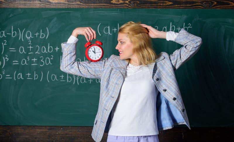 Le temps a le sujet pour elle Année scolaire de professeur bienvenu Régime quotidien sain Leçon de début d'éducateur Elle s'inqui photos stock