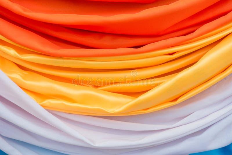 Le tende arancio e bianche hanno fatto i fiori fotografia stock