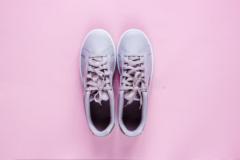 Le tennis de Nike Court Royale a mont? espadrille rose sur le fond en pastel rose photographie stock