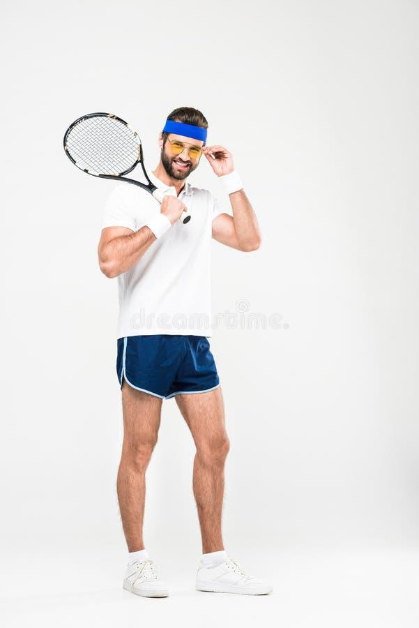 le tennisspelaren i retro solglasögon med racket arkivfoto