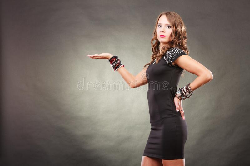 Le tenute d'uso dei braccialetti della donna elegante aprono la mano immagini stock