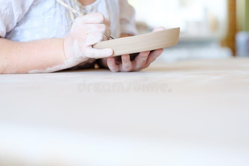 Le terraglie handcraft il piatto fatto a mano dell'argilla della pittura di hobby immagini stock libere da diritti